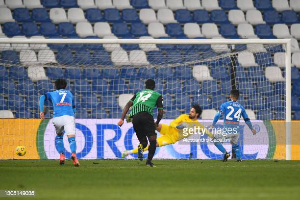 Lorenzo Insigne of Napoli scores their team's third goal from the penalty spot during the Serie A match between US Sassuolo and SSC Napoli at Mapei...