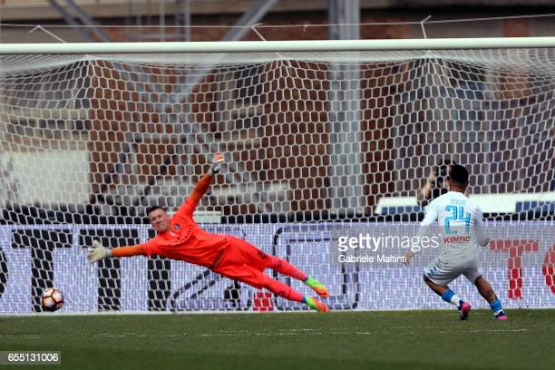Lorenzo Insigne of SSC Napoli scores a goal during the Serie A match between Empoli FC and SSC Napoli at Stadio Carlo Castellani on March 19 2017 in...