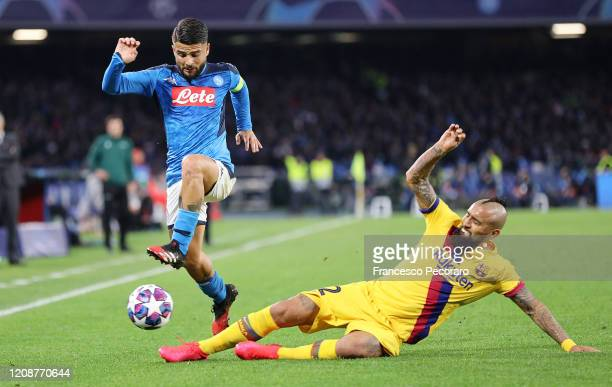 Lorenzo Insigne of SSC Napoli vies with Arturo Vidal of FC Barcelona during the UEFA Champions League round of 16 first leg match between SSC Napoli...