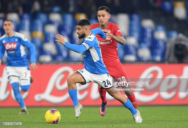 Lorenzo Insigne of SSC Napoli vies with Erick Pulgar of ACF Fiorentina during the Serie A match between SSC Napoli and ACF Fiorentina at Stadio San...