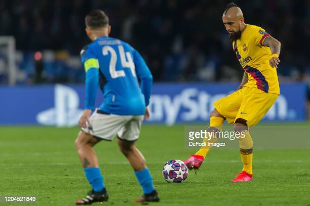 Lorenzo Insigne of SSC Neapel and Arturo Vidal of FC Barcelona battle for the ball during the UEFA Champions League round of 16 first leg match...