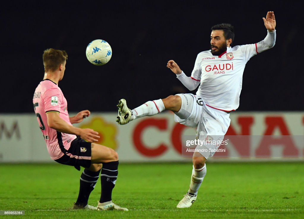 Lorenzo Pasciuti (R) of FC Carpi competes for the ball whit Radoslaw Murawski of US Citta di Palermo during the Serie B match between FC Carpi and US Citta di Palermo on October 24, 2017 in Carpi, Italy.