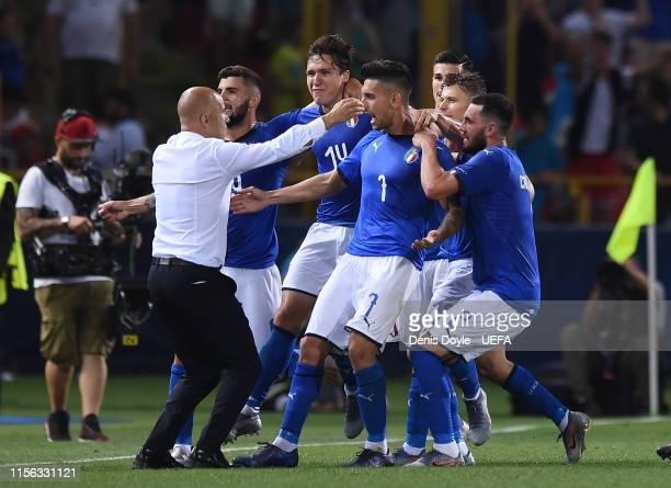 Lorenzo Pellegrini of Italy celebrates with head coach Luigi Di Biagio after scoring Italy's 3rd goal from the penalty spot during the 2019 UEFA U-21...
