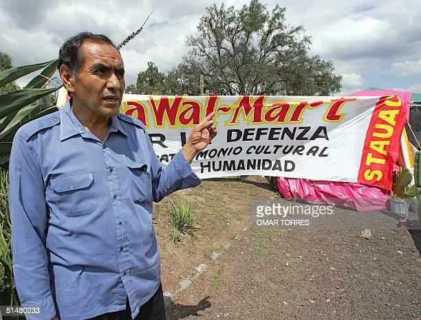 Lorenzo Trujillo lider del 'Frente Civico de Defensa del Valle de Teotihuacan' senala en direccion de las piramides de la cultura teotihuacana en la...