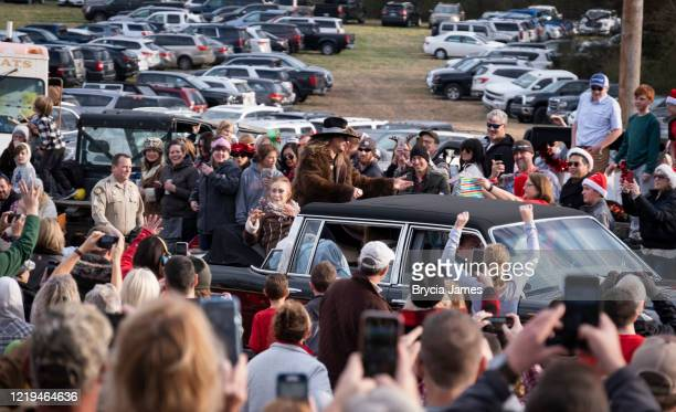 loretta lynn and kid rock in the leiper's fork christmas parade - brycia james stock pictures, royalty-free photos & images