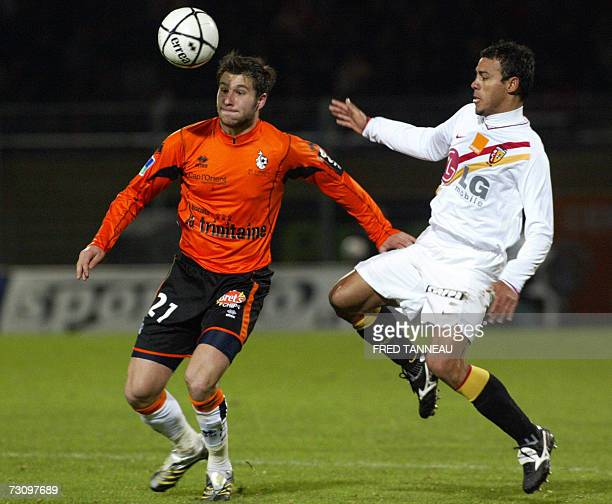 Lorient's foward AndrePierre Gignac vies with Lens' Hilton Vitorino Da silva during their French L1 football match 24 January 2007 at the Moustoir...