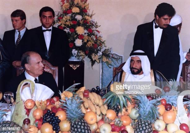 Lors de la crise de Golfe François Mitterrand déjeune avec le cheikh Zayed ben Sultan Al Nahyane aux Emirats Arabes Unis le 4 octobre 1990