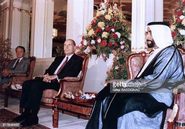 Lors de la crise de Golfe François Mitterrand rencontre le cheikh Zayed ben Sultan Al Nahyane aux Emirats Arabes Unis le 4 octobre 1990 En...