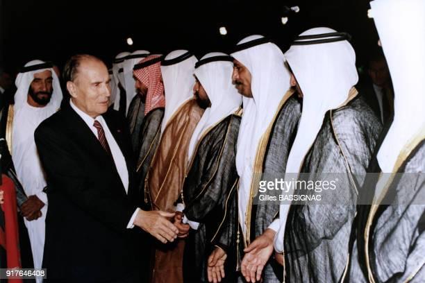 Lors de la crise de Golfe François Mitterrand rencontre les sheiks des Emirats Arabes Unis dont le cheikh Zayed ben Sultan Al Nahyane aux Emirats...