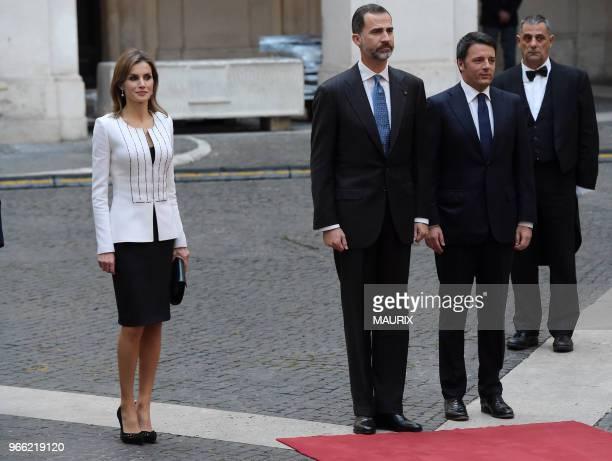 Lors de leur visite officielle en Italie le roi Felipe VI et la reine Letizia d'Espagne ont été recus le 19 novembre 2014 au palais Chigi par le...