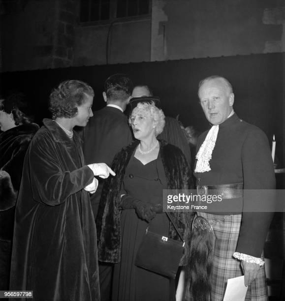 Lors de l'inauguration du vitrail du Champagne dans la cathédrale de Reims Odette PolRoger discutant avec Lady Jebb et Lord Semphill à Reims France...