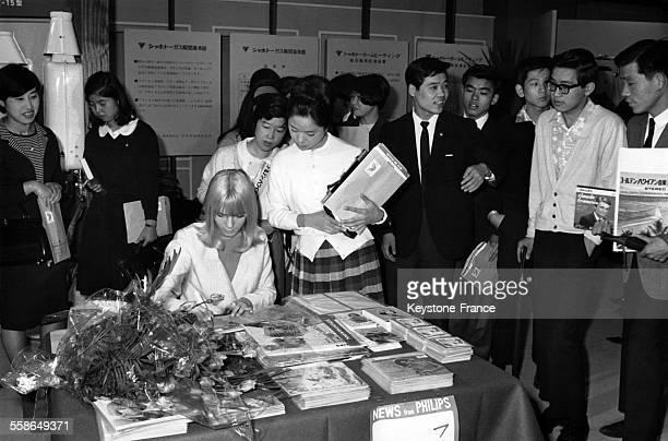 Lors de sa tournee au Japon France Gall dedicace ses disques a ses admirateurs en juin 1966 a Tokyo Japon