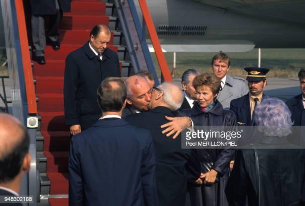 Lors de son arrivée Mikhaïl Gorbatchev embrasse le leader estallemand Erich Honecker sous le regard de Raïssa Gorbatchev avant d' assister aux...