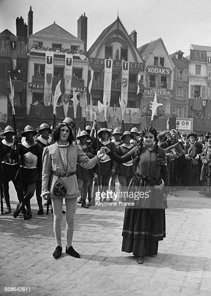 Lors des fêtes reconstituant le siège soutenu en 1472 contre l'armée bourguignonne Jeanne Hachette pésente son fiancé Colin Pilon à Beauvais France...