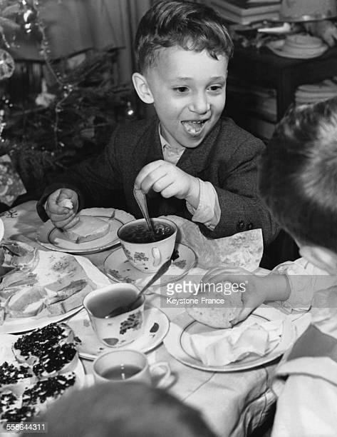 Lors du gouter d'anniversaire, on raconte des blagues, en janvier 1960 a Moscou, Russie.