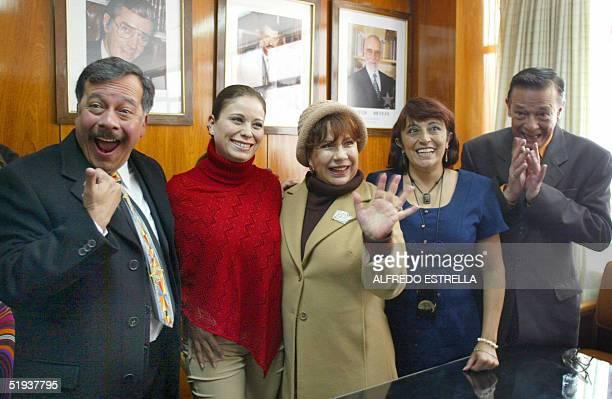 Los actores Humberto Velez Claudia Mota Nancy Makenzie Patricia Acevedo y Gabriel Chavez posan para los fotografos durante una conferencia de prensa...
