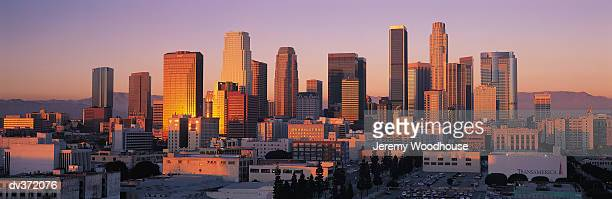 los angeles at sunset - de stad los angeles stockfoto's en -beelden