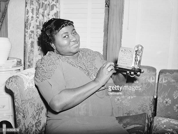 3/2/1940 Los Angeles CA Actress Hattie Mc Daniel is shown with the statuette she received for her portrayal in 'Gone With The Wind' The award was for...