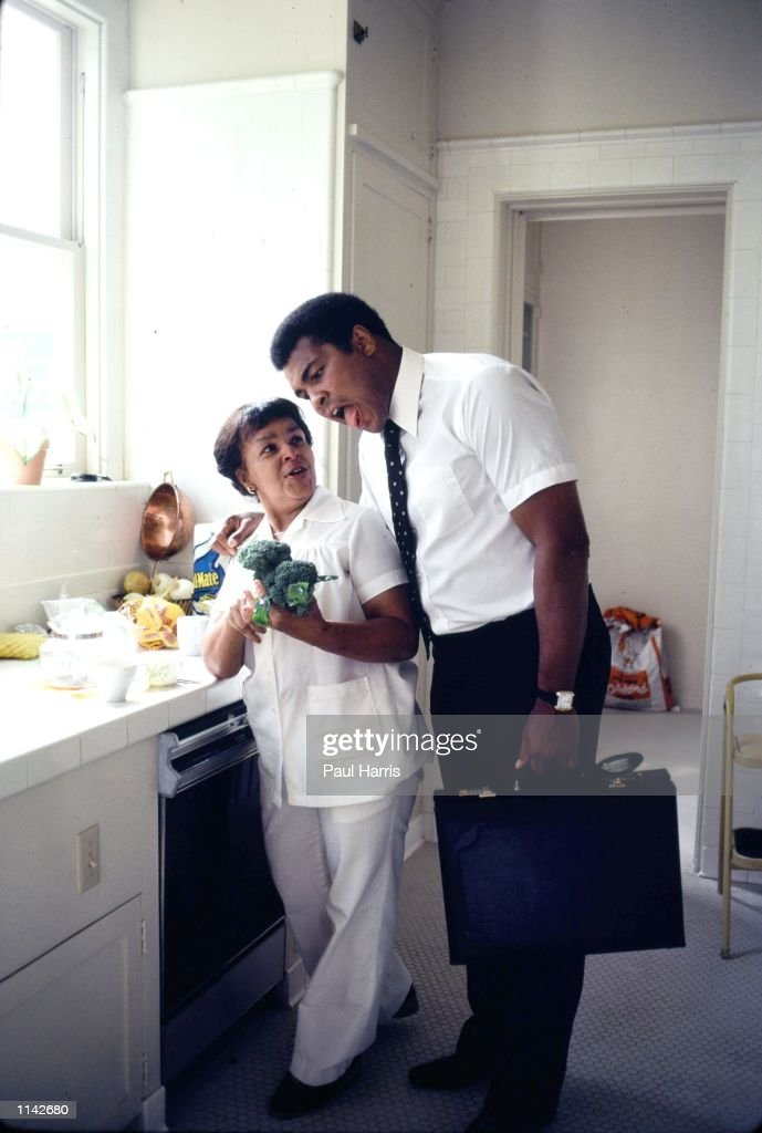 1980 Los Angeles, CA. Muhammad Ali at his home in Hancock Park, with his cook before his last fight  : News Photo