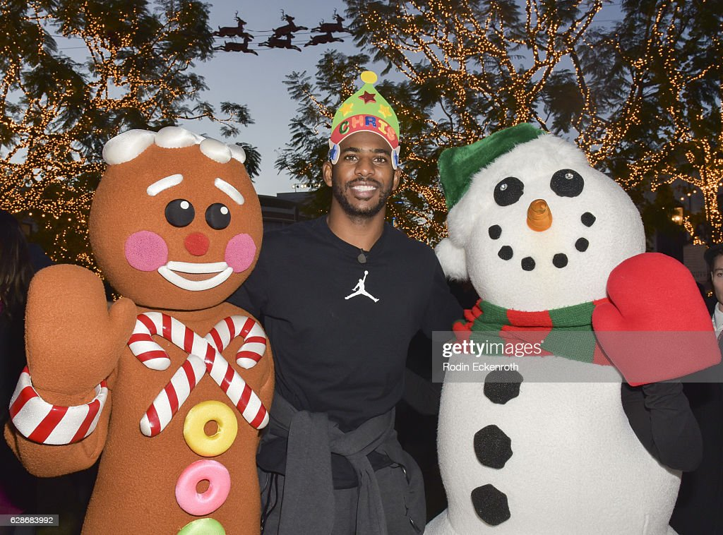 Los Angeles Clippers player Chris Paul hosts Feed The Children at The Grove on December 8, 2016 in Los Angeles, California.