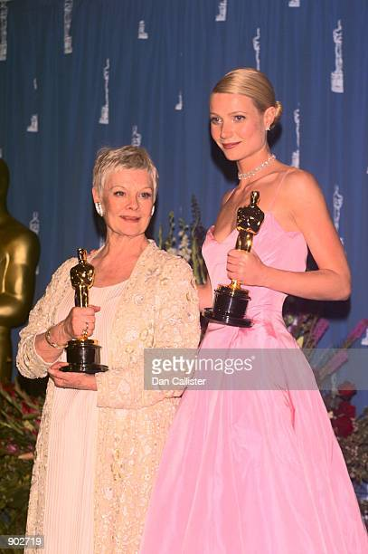 32199 Los Angeles Dame Judi Dench and Gwyneth Paltrow holding their Oscars at the 71st Academy Awards at the Dorothy Chandler Pavilion
