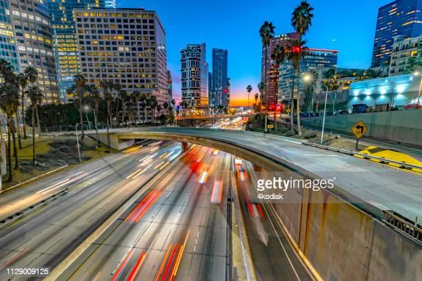 ロサンゼルス ・ ダウンタウンの夜の交通 - ビバリーヒルズ ストックフォトと画像