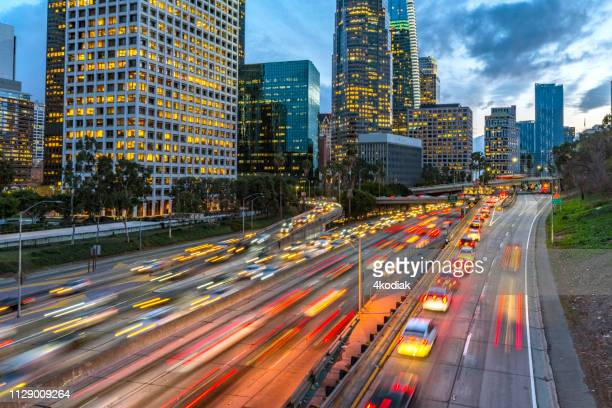 los angeles downtown evening traffic - cidade de los angeles imagens e fotografias de stock
