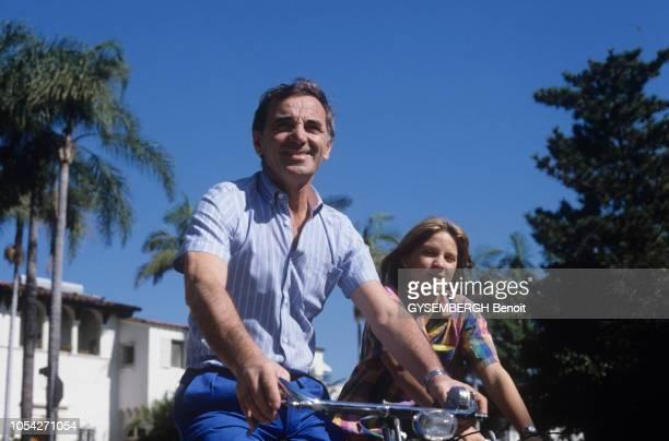 Los Angeles EtatsUnis Octobre 1982 Le chanteur Charles AZNAVOUR avec sa femme Ulla et leurs enfants Katia Micha et Nicolas dans leur villa du...