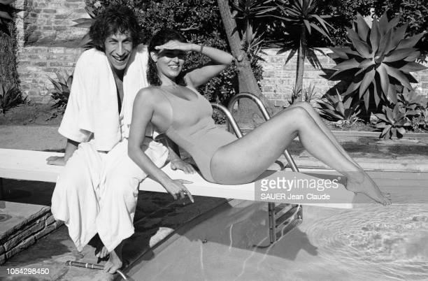Los Angeles EtatsUnis septembre 1978 L'actrice américaine Raquel WELCH chez elle à Beverly Hills avec son compagnon le réalisateur de télévision et...