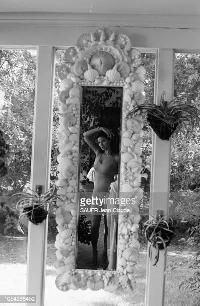 Los Angeles EtatsUnis septembre 1978 L'actrice américaine Raquel WELCH chez elle à Beverly Hills Ici l'actrice en maillot de bain se reflétant dans...