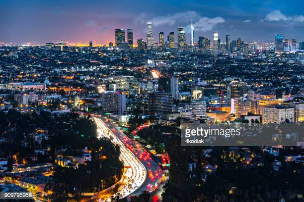 los angeles evening skyline looking from mt hollywood - los angeles foto e immagini stock