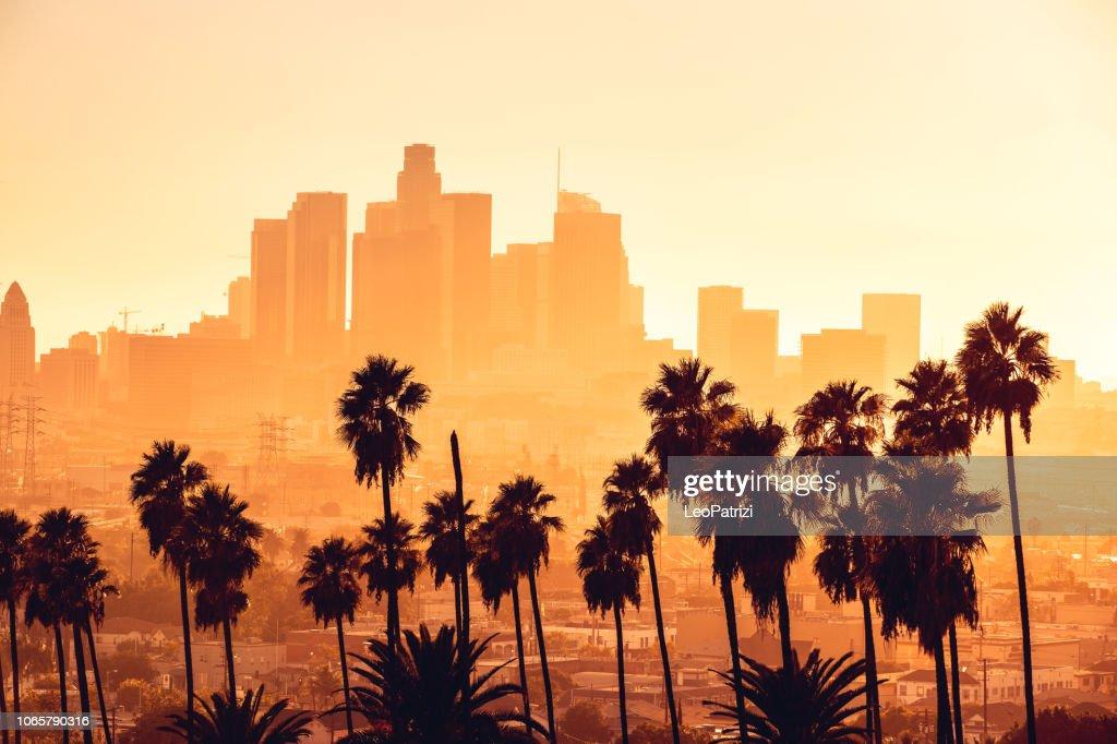 Paisagem urbana de hora de ouro de Los Angeles sobre arranha-céus no centro : Foto de stock