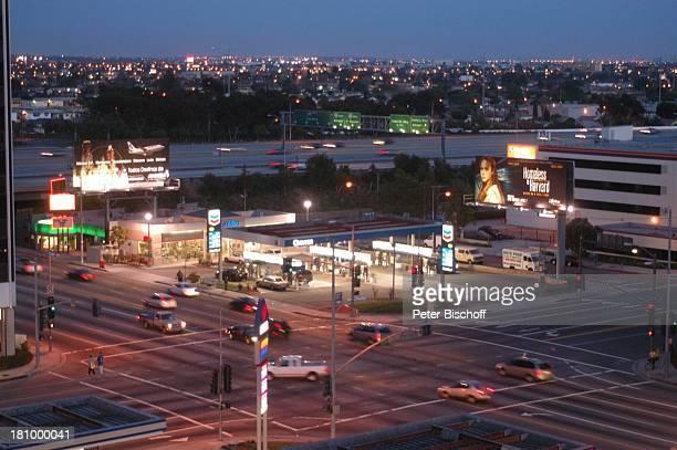 Los Angeles LA Kalifornien Californien USA Amerika Nordamerika Reise Straßenkreuzung Verkehr Autos Ampeln Abend Dämmerung Beleuchtung