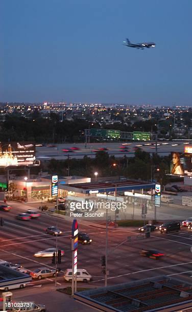 Los Angeles LA Kalifornien Californien USA Amerika Nordamerika Reise Straßenkreuzung Verkehr Autos Ampeln Abend Dämmerung Beleuchtung Flugzeug