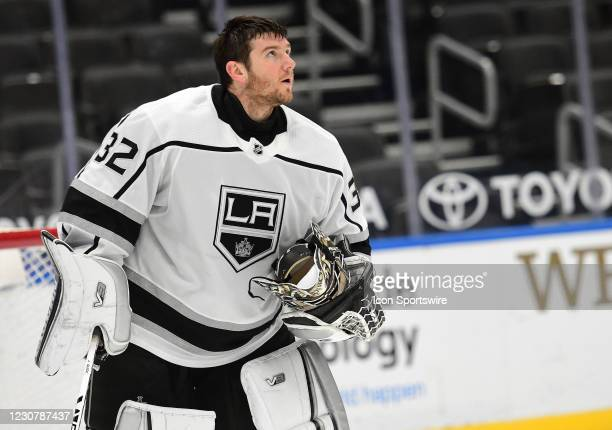 Los Angeles Kings goaltender Jonathan Quick looks at the scoreboard after giving up a goal in the third period during an NHL game between the Los...
