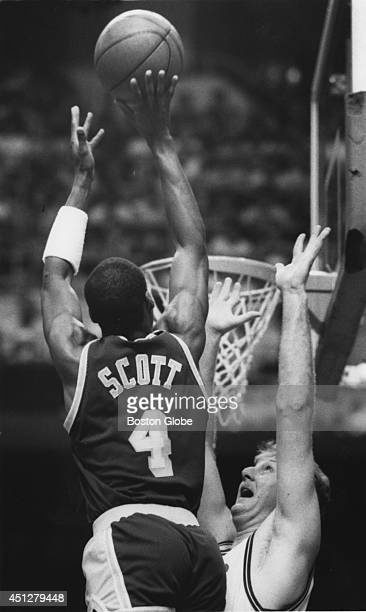 Los Angeles Lakers Byron Scott towers over Larry Bird