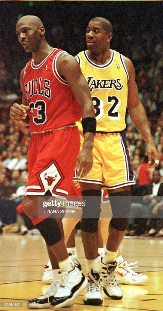 Los Angeles Lakers Earvin 'Magic' Johnson (R) and : News Photo