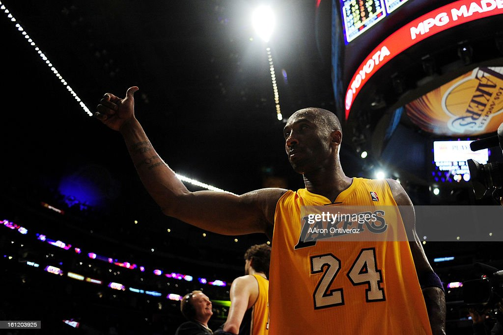 Los Angeles Lakers shooting guard Kobe Bryant (24) acknowledges fans following the second half of game two of their opening round NBA Playoffs series at the Staples Center in Los Angeles on Tuesday, May 1, 2012. AAron Ontiveroz, The Denver Post : ニュース写真