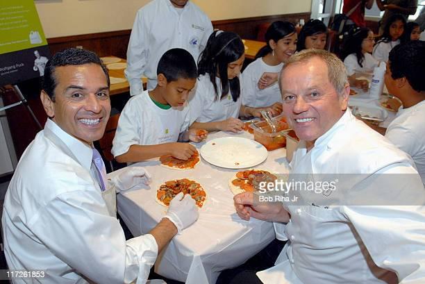 Los Angeles Mayor Antonio Villaraigosa , Wolfgang Puck and children from LA's BEST After School Enrichment Program
