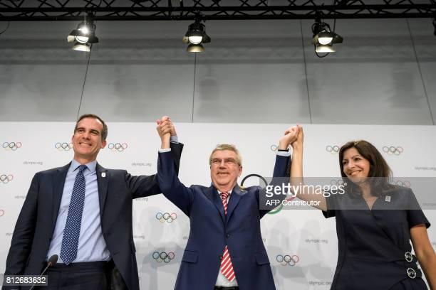 Los Angeles' Mayor Eric Garcetti International Olympic Committee President German Thomas Bach and Mayor of Paris Anne Hidalgo pose during a press...