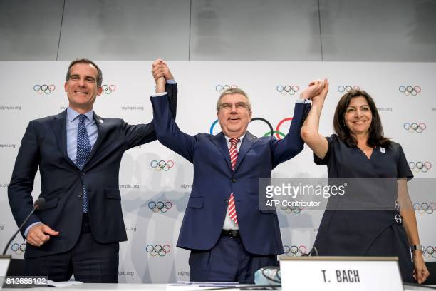TOPSHOT Los Angeles' Mayor Eric Garcetti International Olympic Committee 's President German Thomas Bach and Mayor of Paris Anne Hidalgo pose during...