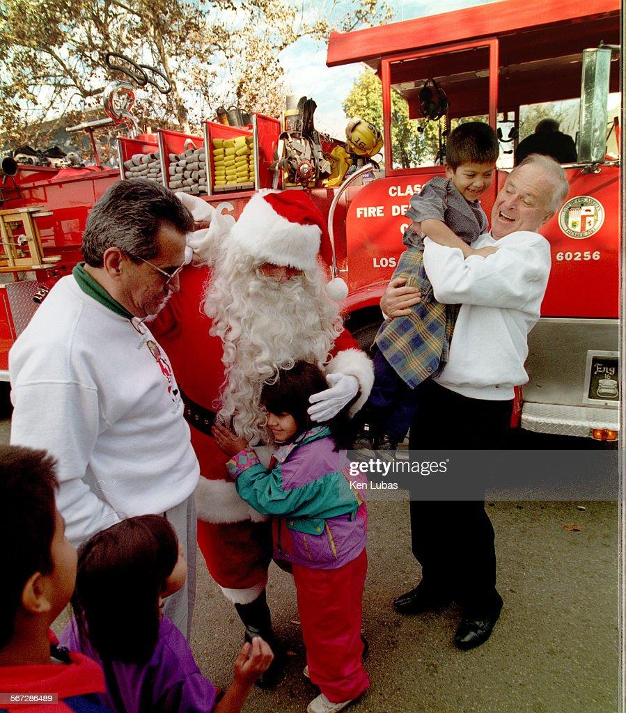 Los Angeles Mayor Richard Riordan, rt., and Santa Claus are joined by City Councilman Richard Alator : News Photo