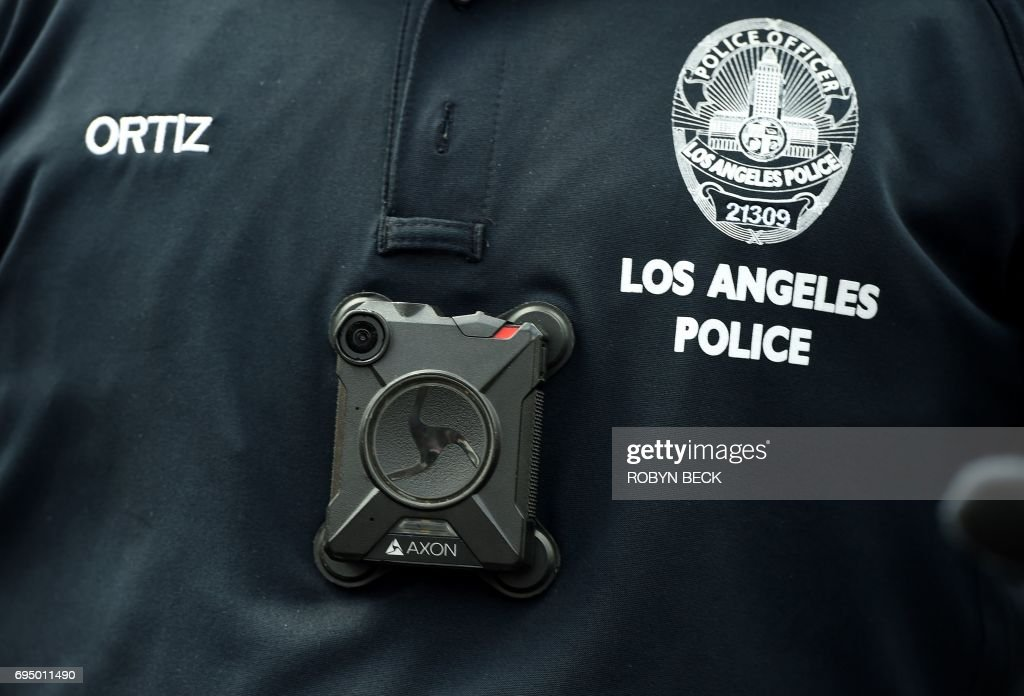A Los Angeles Police Department officer wears a body camera at the Los Angeles Gay Pride Resist March, June 11, 2017 in Hollywood, California. / AFP PHOTO / Robyn Beck