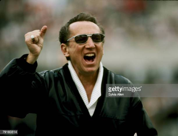 Los Angeles Raiders managing general partner Al Davis encourages his team before their 38-9 win over the Washington Redskins in Super Bowl XVIII on...