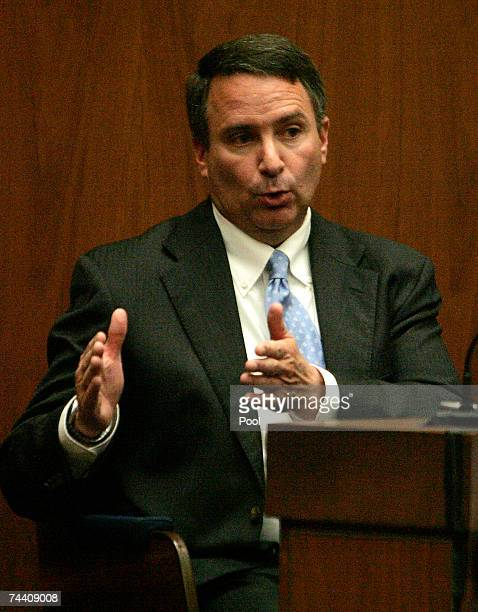 Los Angeles sheriff's Detective Mark Lillienfeld, who was the chief investigator at the scene of the death of Lana Clarkson, testifies during...