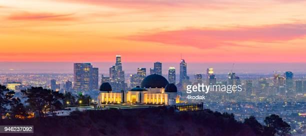 los angeles skyline at dawn panorama and griffith park observatory in the foreground - cidade de los angeles imagens e fotografias de stock