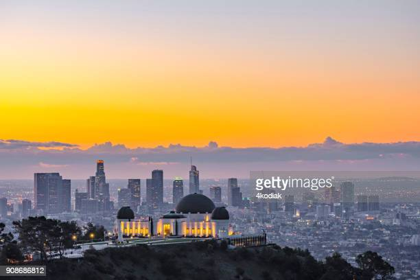 los angeles skyline at dawn - los angeles foto e immagini stock