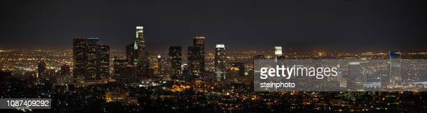 los angeles skyline at night - los angeles skyline stock pictures, royalty-free photos & images