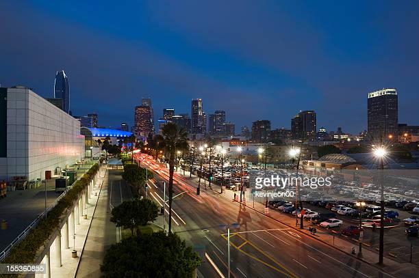 los angeles skyline bei nacht - büropark stock-fotos und bilder