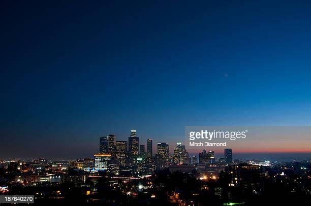 los angeles skyline at night - city of los angeles fotografías e imágenes de stock